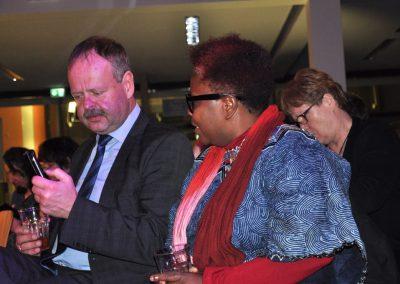 01.Wulf Gallert, Landtagsvizepräsident und Schirmherr der Veranstaltung recherchiert mit Smartphone zum Veranstaltungsort