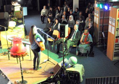 05.Über 50 Gäste sind beim Konzert in der Bibliothek der Theologischen Hochschule